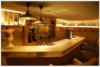 vue d'ensemble - bar en étain avec grappes de raisin rapportées en fonderie sur bordure