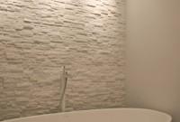 09- Vue détaillée sur le mur derrière la baignoire