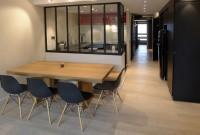 vue sur espace repas, cuisine et couloir.